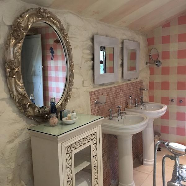 Ednovean Farm Pink Room bathroom